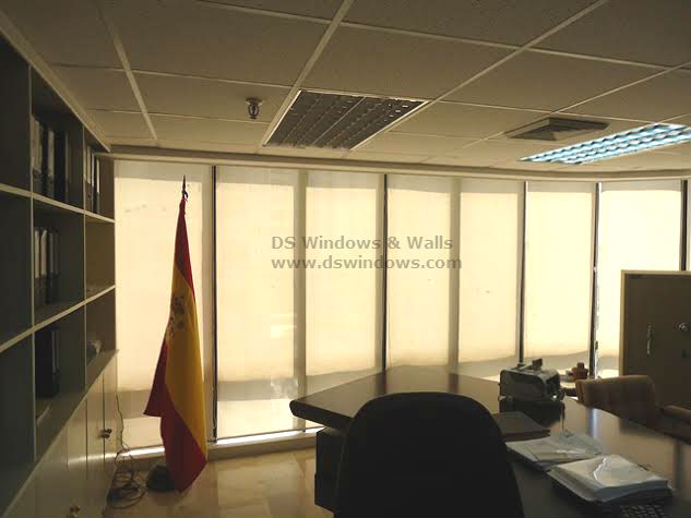 Sunscreen Roller Blinds to View the Breathtaking Scenery Outside Workplace